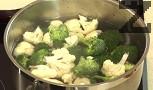Поръсваме с щипка захар. След 30 сек. охлаждаме зеленчуците в ледено студена вода.