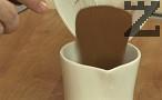 Към 150 мл гореща вода прибавяме разтворимото кафе.