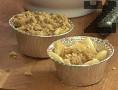 Поръсваме с тях ябълките, като притискаме добре. Поставяме сладкиша в средата на предварително загрята фурна. Печем на 180 градуса в продължение на 35-40 мин.