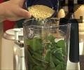 Приготвяме соса. Поставяме в блендер почистения и измит спанак, добавяме и останалите продукти.