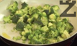 В тиган запържваме стръкчето пресен лук, заедно със ситно нарязаните броколи. Наливаме малко гореща вода, задушаваме продуктите.