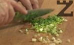 Нарязваме лука на ситно, прехвърляме го към ориза.