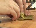 Във всеки лозов лист поставяме по 1 с.л. от плънката, завиваме продълговати сарми.