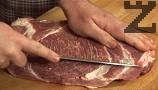 Изтъняваме свинския врат на парчета с дебелина около 0,5 см, като прерязваме през по-дебелите жили на месото.