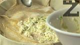 Поливаме с 3-4 с.л. олио, слагаме първата печена кора, разпределяме част от плънката. По същия начин редуваме до изчерпване на печените кори и плънката, като завършваме с праз.