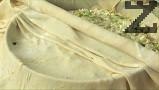 Двете слепени питки разточваме на тънък лист, с който покриваме тавата.