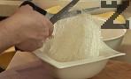 Разрязваме сушеното фиде, заливаме го със студена вода, оставяме го да престои за няколко минути, отцеждаме.