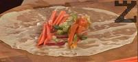 В центъра слагаме от всички зеленчуци, навиваме на стегнато руло. По желание може да добавим и малко стрита люта чушка.