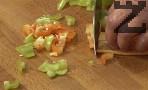 Нарязваме зеленчуците, поставяме ги в студена вода.