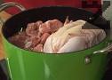 Нарязваме овнешкото месо на късчета, прибавяме и цялото пиле, при нужда доливаме още вода. Поръсваме с наситнения магданоз. Варим до пълното омекване на месото, след което нарязваме пилето на порции.