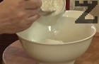 Прехвърляме брашното към яйцата, разбиваме на ниски обороти, докато се получи лепкава и гъста еднородна смес.
