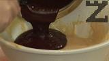 Поръсваме с ванилия, прибавяме и разтопените и леко охладени шоколад и масло.