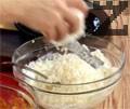 Приготвяме пълнени кисели краставички с катък. В купа разбиваме цедено кисело мляко и настъргваме сирене в съотношение 2:1. Разтопяваме масло и го прибавяме, поръсваме с червен пипер и разбъркваме.