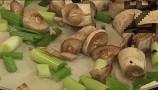Добавяме пънчетата на печурките и чушките, нарязани на едро.