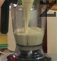 Прехвърляме в блендер, заедно с парченцата соево сирене. Поръсваме с пудра захар, добавяме и ванилията.