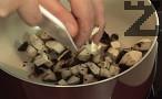 Приготвяме плънката. Нарязваме на едро лука и печурките, пържим ги в мазнина.