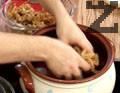 Нареждаме резени бекон на дъното на гювеча, разбъркваме зелето и прехвърляме 1/3 в гювеча.