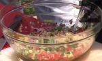 Към тях прибавяме нарязания на малки кубчета червен лук и наситнен магданоз. Смесваме зеленчуците с булгура, добавяме чери доматчета, нарязани на едро. Наливаме лимоновия сок и малко зехтин, разбъркваме много добре и овкусяваме със сол.