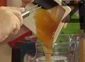 Прехвърляме маслото от кашу в блендер, заедно с агар-агар, захар, нишесте и мед.
