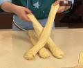 Разделяме втасалото тесто на три топки, от които с намаслени ръце оформяме еднакви по дължина фитили. Намазваме повърхността им с разтопено масло.