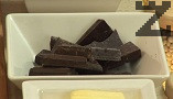 Разтопяваме шоколада, заедно с маслото.