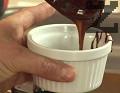 Разпределяме сместа в предварително намаслени и набрашнени огнеопорни купички. Печем за 12 мин. във фурна, загрята на 180 градуса. Изчакваме между 3 и 5 мин., след което обръщаме в чинийка и поднасяме.
