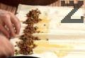 Взима се една кора и намазва с разбито яйце. По дължината на листа се нанася 2-3 с.л. от плънката. Навива се на руло и след това се оформя като охлюв. Слага се в намаслена тава.