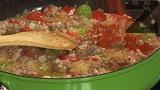 Прехвърляме ориза, пържим, докато стане стъклен, като непрекъснато разбъркваме. Наливаме виното. След като част от течността се изпари, поръсваме с червен пипер и куркума.