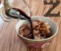 Мариноваме късовете пилешко месо в купа с тъмен соев сос и малко бял пипер. Втриваме съставките в месото и объркваме добре.