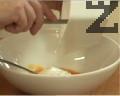 Приготвяме застройката. Разбиваме за кратко яйцето, слагаме и киселото мляко.