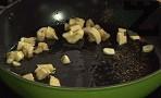Приготвяме соса. В същата мазнина слагаме едро нарязания чесън. След като леко се запържи, поставяме банана, нарязан на едро.