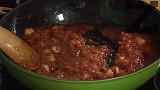 Пържим за кратко на бавен огън, поливаме с доматения сос. Посоляваме, изчакваме салцата леко да се сгъсти.