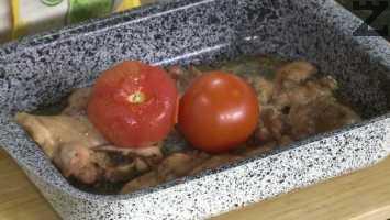 Тавата се изважда от фурната, чушките се слагат в чиния, а върху пилешките пържоли се редят домати. Тавата се връща във фурната и печенето продължава още 20 минути.