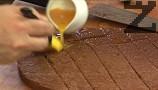 Напояваме какаовия блат с портокалов сок.