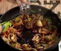 Прибавяме нарязани кисели краставички, доматено пюре, сол и захар. Наливаме вино, добавяме печени чушки и консервирани домати.
