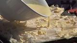 Предварително загряваме фурната на максимална мощност. Слагаме кавърмата в средата на фурната, намаляваме градусите на 150 и печем до зачервяване. След като я изпечем, режем кавърмата на големи квадрати. По желание поръсваме с пудра захар.
