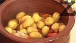 Наливаме пилешкия бульон, разтворен в 200-250 мл вряла вода. Добавяме и целите пресни картофи, разбъркваме. Наливаме малко олио, посоляваме.