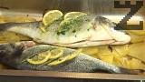 Поставяме рибата върху полуизпечените картофи, редим и парчета домат. Поливаме отново със зехтин, дозапичаме на 180 градуса за 20-25 мин.