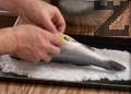 Смесваме морска и готварска сол в съотношение 2:1. Прибавяме два разбити белтъка и правим канапе от сол в подходяща тава. Поставяме почистения лаврак.