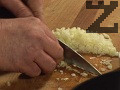 Приготвяме соса. Нарязваме лука на кубчета, наситняваме чесъна, запържваме ги в сгорещена мазнина.