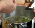 В тенджера с вода слагаме масло, кимион, стино нарязан пресен лук ( праз ) , бульон и сол. След като течността кипне, счупваме яйцата и варим три минути.