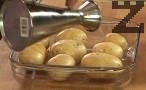 Поставяме измитите и подсушени небелени картофи в тава. Поливаме ги със струйка мазнина, покриваме ги с алуминиево фолио. Поставяме в ниската част на силно загрята фурна. Печем на 200-220 градуса за 20-40 мин.