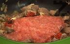 След като месния сок се изпари, поръсваме с червен пипер. Слагаме стрития с малко сол чесън и настърганите на едро ренде домати.
