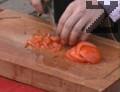 Доматите се нарязват на много дребни кубчета, както и пиперките.