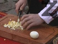 Яйцата се сваряват и обелват, след което се нарязват на дребно. Чесънът се счуква и размесва с оцет.
