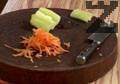 Настъргваме морков и нарязваме чушка на тънки ивици.