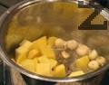 Лукът се нарязва на дребно, моркова - на колелца, картофа - на кубчета, а чесъна се счуква. Арпаджика се залива с вряла вода, след 3 мин. се отцежда и обелва. В олио се добавя маслото, запържва се лука и чесъна за 1 мин., след което се поръсва с къри. Добавят се и всички зеленчуци, без граха. Пържат