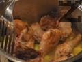 Пилето се връща в тенджерата и се залива с кокосово мляко и кетчуп. Поръсва се със сол, добавя се и дафиновия лист. Ястието се задушава 20 мин.