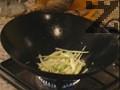 Изважда се от олиото, в същата мазнина се пържи чесъна и праза, нарязан на лентички.