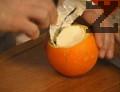 """С получения мус се напълват портокаловите """"чашки"""". Поставят се в хладилник, покрити с капачетата на портокалите. Оставят се да стегнат за няколко часа. Муса се сервира заедно с портокаловата чашка върху чиния, декорирана със салфетка."""